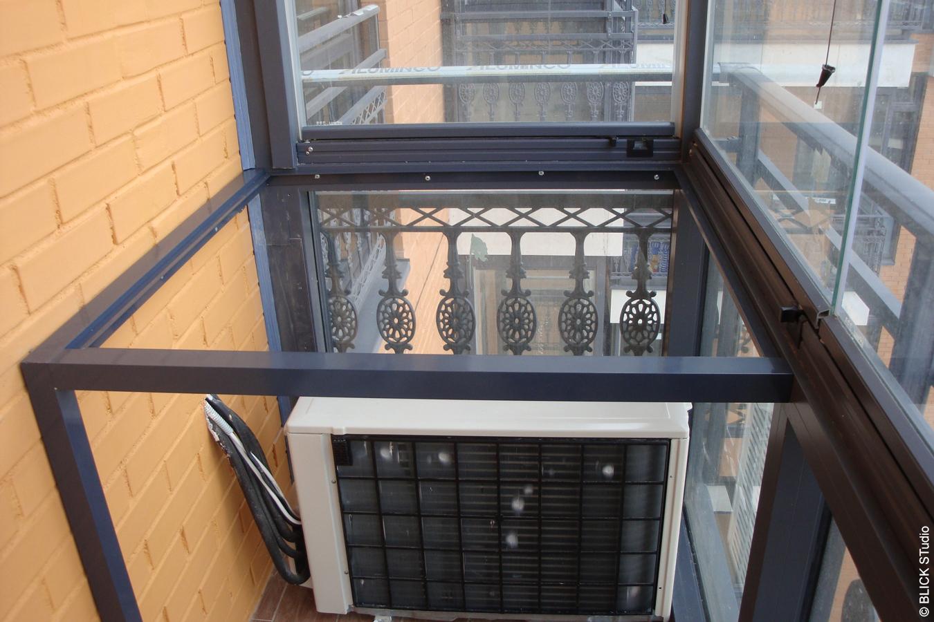 Внешний блок кондиционера на балкон..